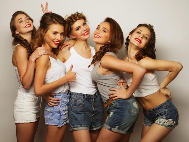 Close-up em um grupo de mulheres rindo fazendo festa