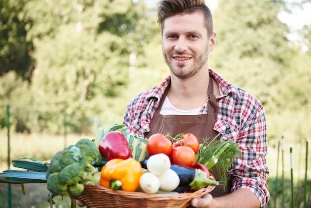 Close-up em um homem com uma cesta cheia de vegetais