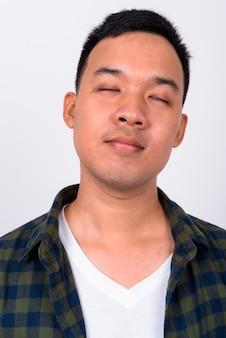 Close-up em um jovem asiático isolado