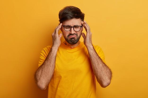 Close-up em um jovem barbudo de óculos isolado