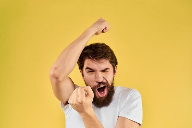 Close-up em um jovem feliz com barba em uma camiseta