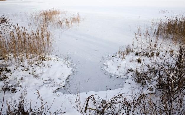 Close-up em um lago congelado
