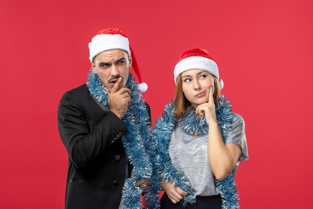 Close-up em um lindo casal jovem usando chapéu de papai noel isolado