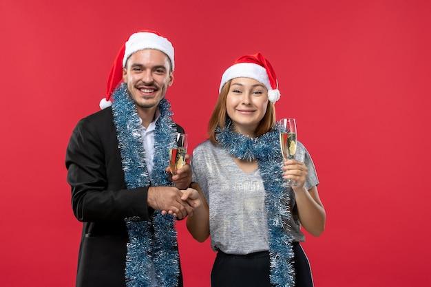 Close-up em um lindo casal jovem usando chapéu de papai noel isolado Foto gratuita