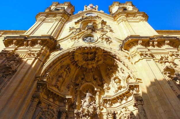 Close-up em um portal da basílica católica romana de santa maria do coro na parte histórica da cidade de san sebastian, espanha