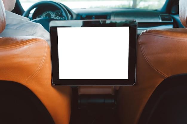 Close-up em um tablet digital vazio no carro