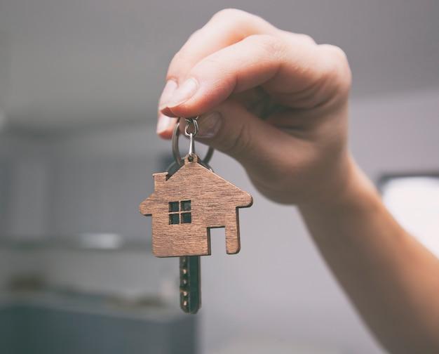 Close-up em uma chave de metal na mão de uma mulher