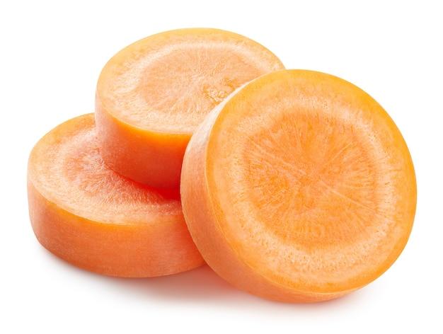 Close-up em uma fatia de cenoura fresca madura isolada