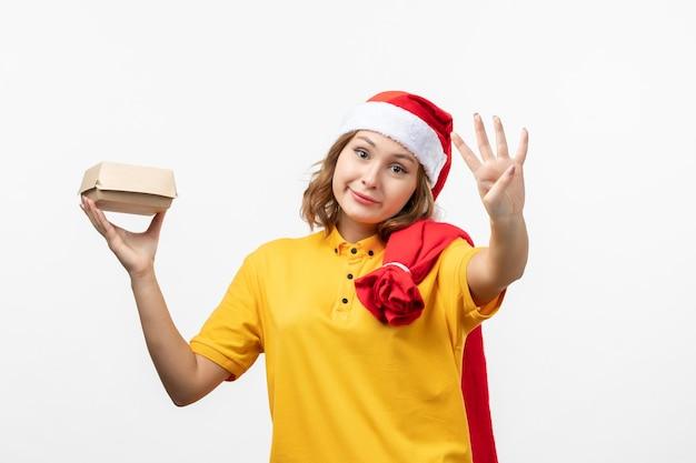 Close-up em uma jovem bonita com chapéu de natal isolado