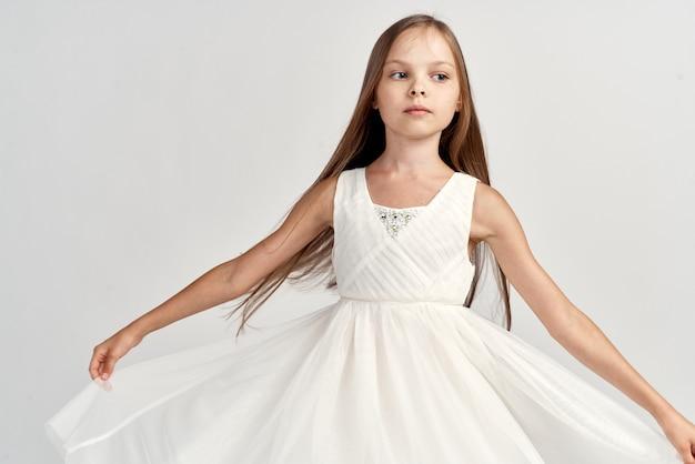 Close-up em uma menina elegante isolada