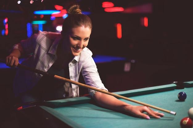 Close-up em uma mulher com o objetivo de jogar sinuca