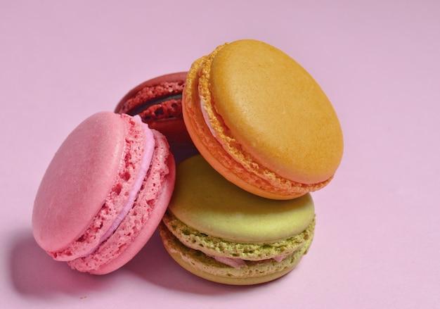 Close-up em uma pilha de biscoitos coloridos