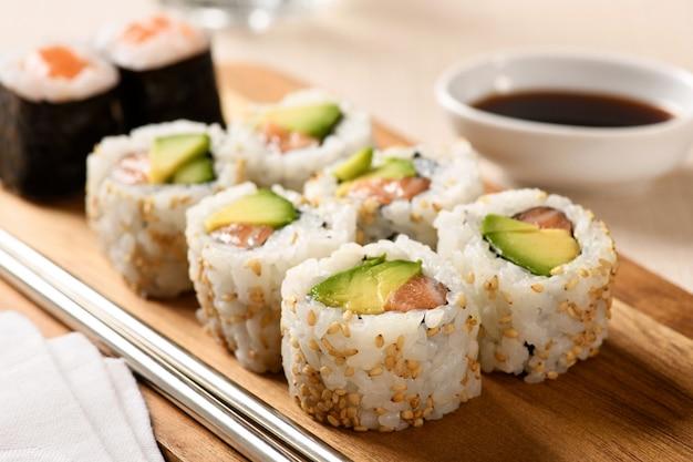 Close-up em uma porção de sushi uramaki