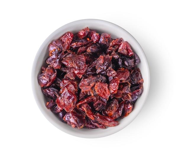 Close-up em uma tigela de cranberries secas isoladas