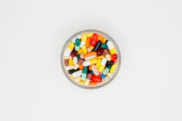 Close-up em vários comprimidos coloridos isolados