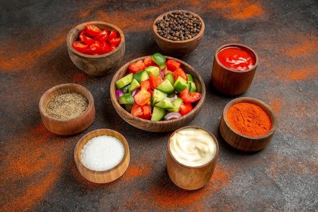 Close-up em vários vegetais picados em tigelas