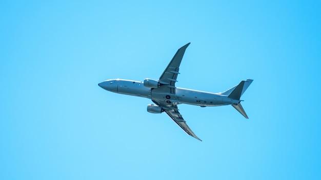 Close-up em vôo de avião no céu claro