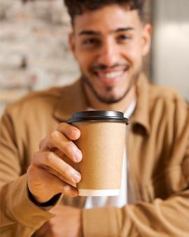 Close-up embaçado homem segurando a xícara