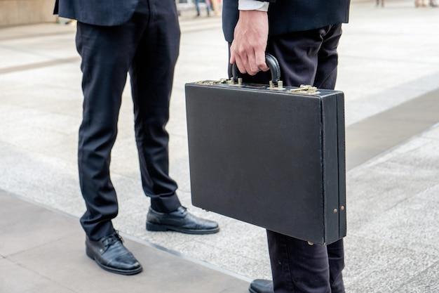Close-up empresário carregando pasta e negociações com parceria