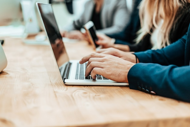 Close-up empresário casual digitando no laptop