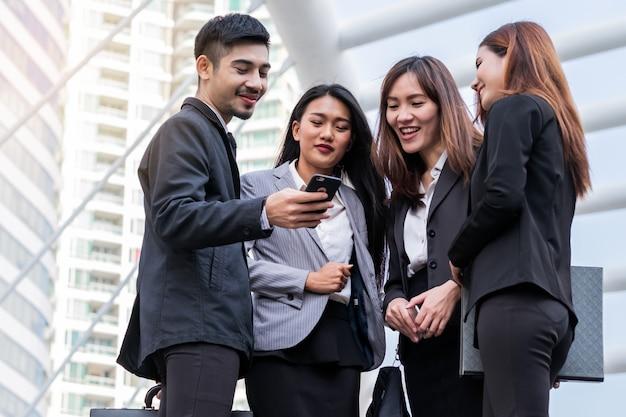 Close-up empresário e mulher usando reunião de telefone inteligente