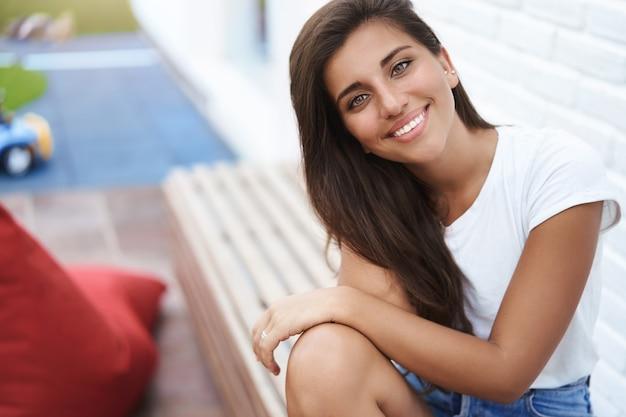 Close-up encantada, terna, feminina, hispânica, bronzeada, namorada.