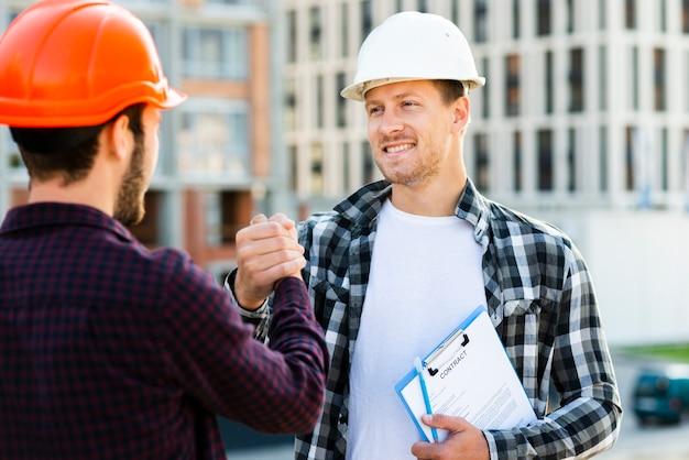 Close-up, engenheiro, arquiteta, agitação, mãos