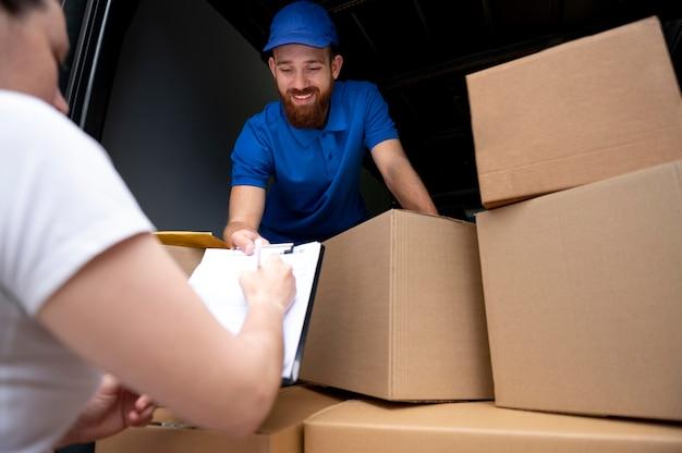 Close-up entregador com caixas