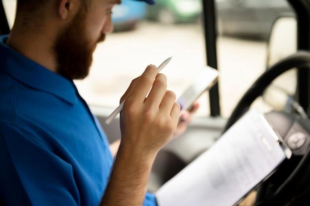 Close-up entregador com documento