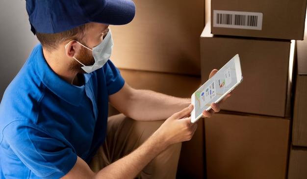 Close-up entregador com tablet