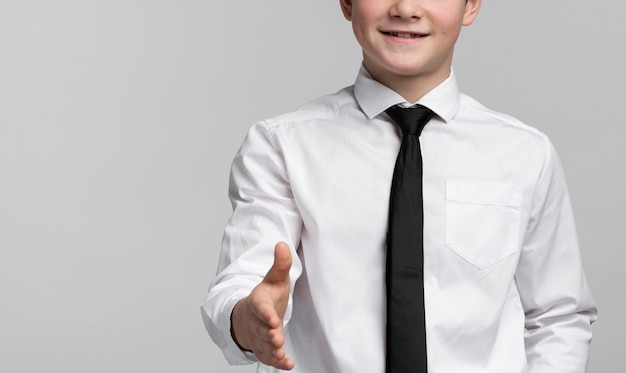 Close-up esperto garoto segurando a mão