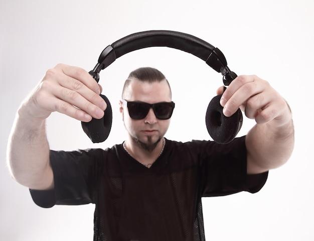 Close-up estiloso rapper mostrando fones de ouvido
