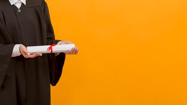 Close-up estudante de pós-graduação segurando diploma