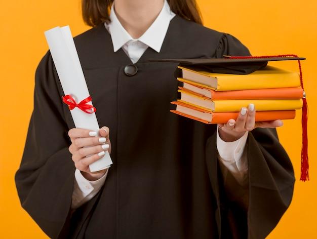 Close-up estudante de pós-graduação segurando livros