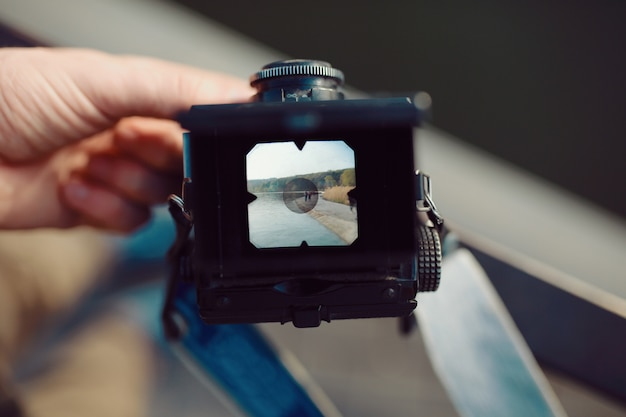 Close-up exibir câmera de filme de médio formato nas mãos