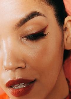 Close-up extremo tiro jovem modelo usando maquiagem