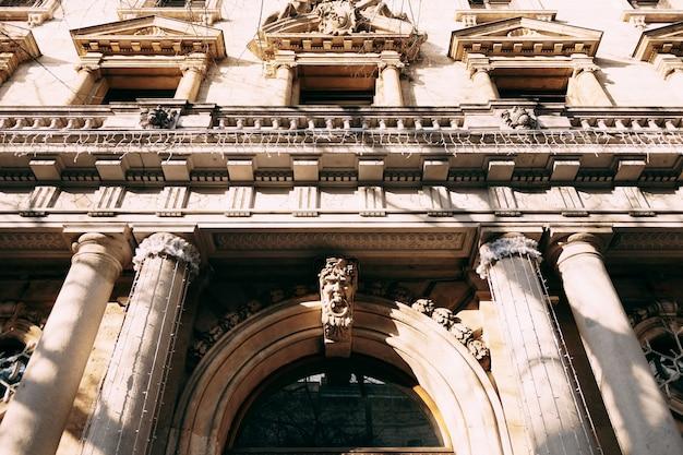 Close-up fachada com quimeras de um edifício antigo em budapeste
