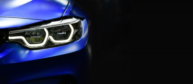 Close-up faróis de carros modernos azuis com tecnologia led