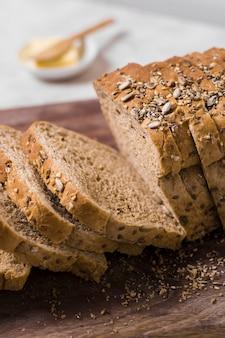 Close-up fatias de pão na placa de madeira
