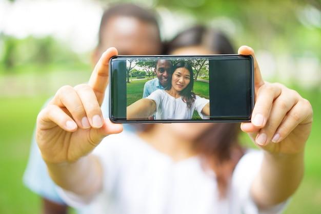 Close-up, feliz, multiétnico, par, fotografar, próprio, smartphone