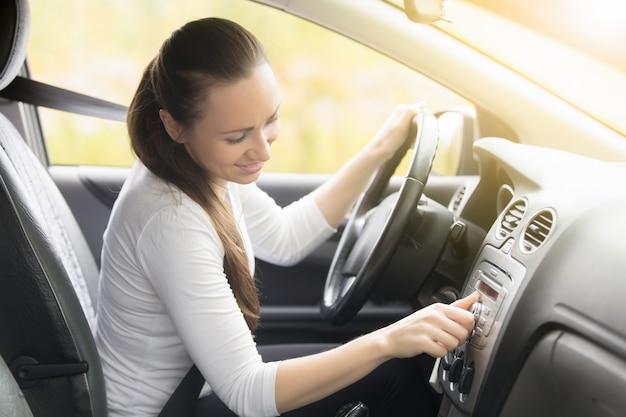 Close-up, femininas, mão, começar, carro