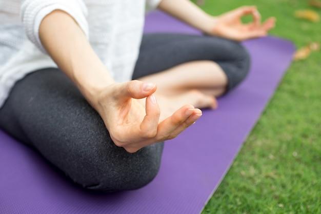 Close-up, femininas, mão, gesticular, zen, ao ar livre