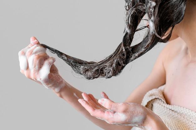 Close-up feminino lavar o cabelo
