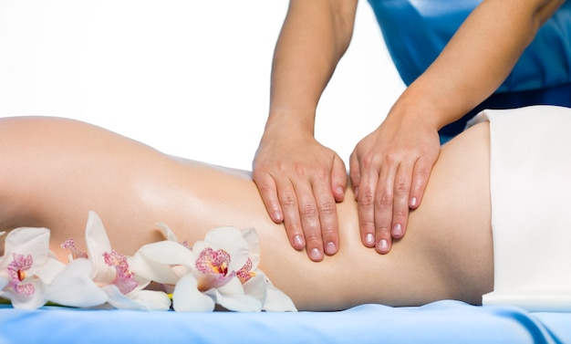Close-up feminino nas costas fazendo uma massagem de repouso - horizontal