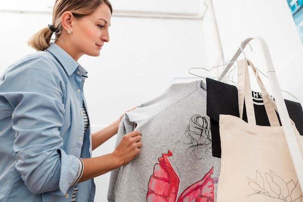 Close-up feminino olhando roupas
