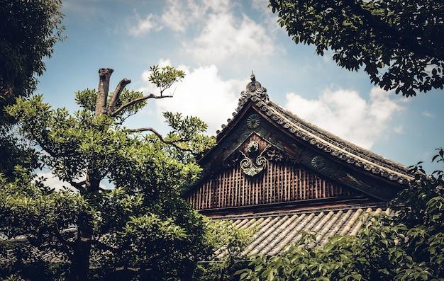 Close up filmado para o telhado do castelo nijō, kyoto, japão