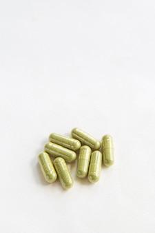 Close-up fitoterapia verde em cápsulas de andrographis paniculata, ervas saudáveis de produto natural,
