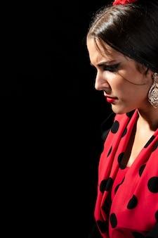 Close-up, flamenca, mulher olha baixo