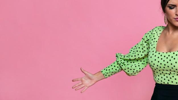 Close-up flamenca segurando a mão com espaço de cópia