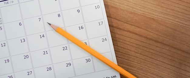 Close-up foco suave na caneta sobre o calendário